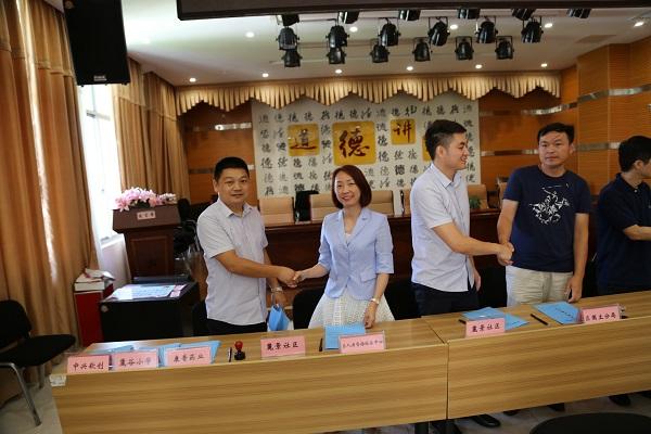 中心党总委员、中心副主任赵芳出席签约仪式.JPG
